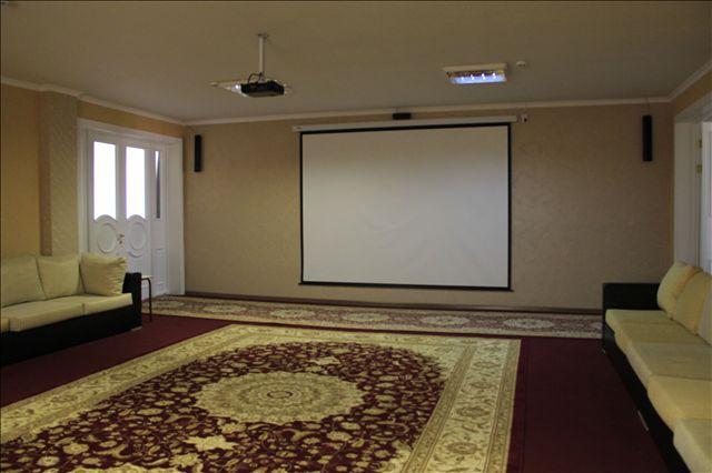Здесь есть большой кинотеатр с проектором и уютными диванами. Фильмы показывают 2 раза в день