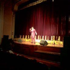 На сцене для почетных строителей нашей области поют отечественные эстрадные певцы