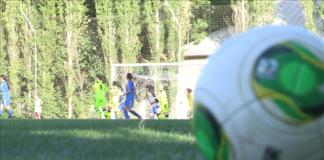 На поле футбольные команды Шымкента и Актобе