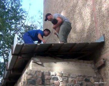 В Шымкенте ребенок упал с пятого этажа и остался жив