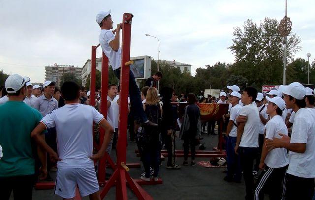 Свои турники и брусья команда «XIII Legion» установила на площади Аль-Фараби