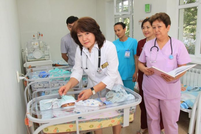 В день семьи подарки от сотрудников Енбекшинского акимата получили и 10-ть медработников ОПЦ №1