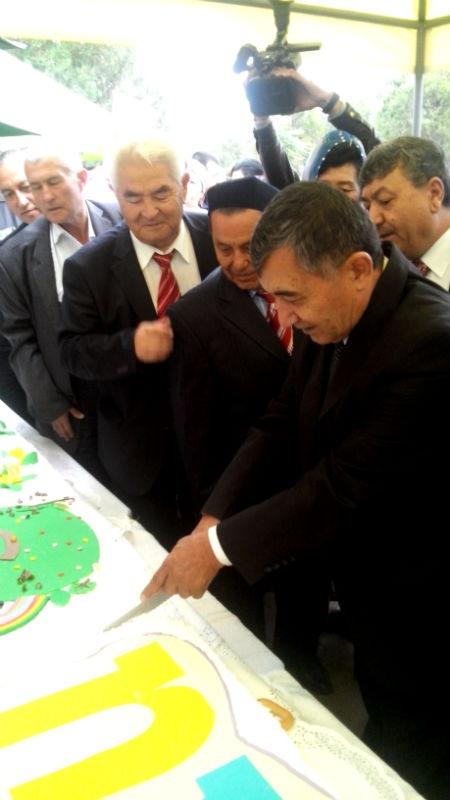 Первый кусочек торта доверили отрезать почетным гостям