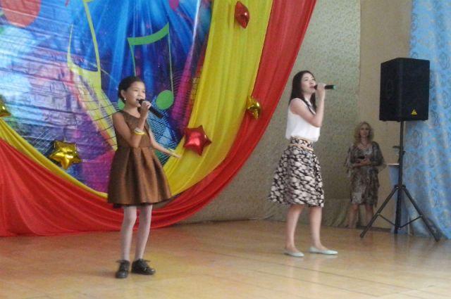 Тем временем, в актовом зале выбирали самую музыкальную семью