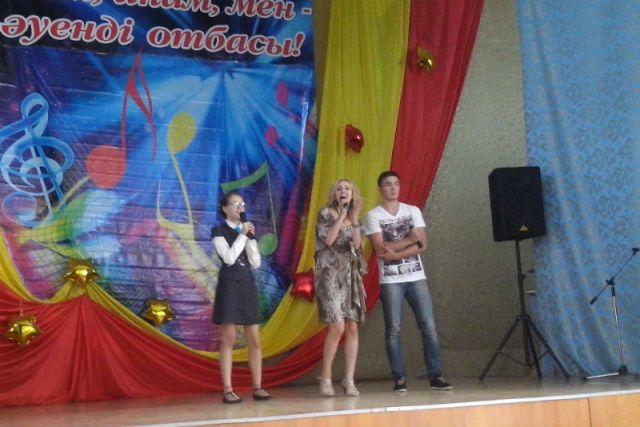 Родители и школьники пели и танцевали на сцене