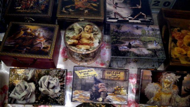 Особым спросом среди работ Светланы Аникеевой пользуются деревянные шкатулки и валютницы