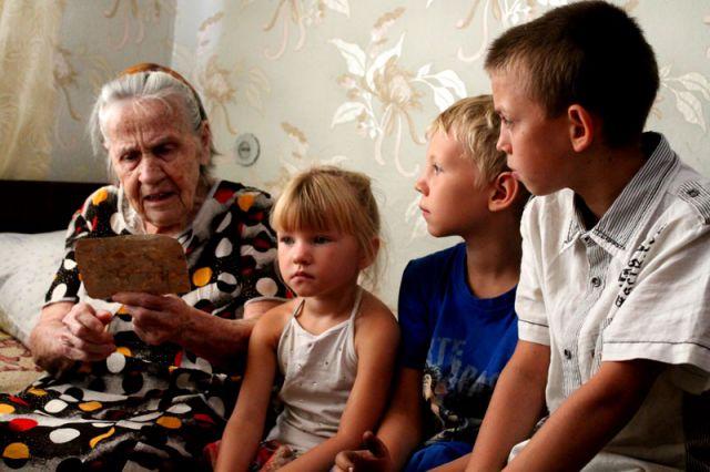 Дома о любимой бабушке заботятся четверо правнуков, внук и дочка. Благодаря им, по словам женщины, она полна сил и жизненной энергии