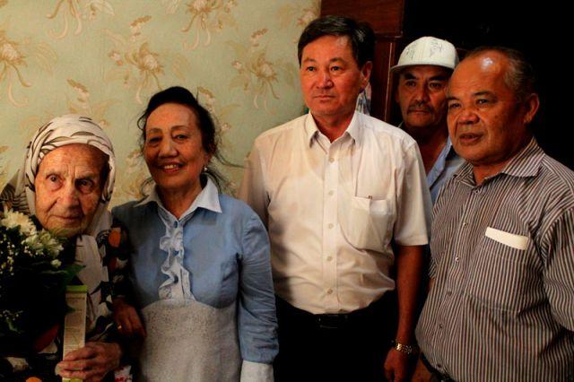 С юбилеем 95-ти летнюю Прасковью Дрыгайлову пришли поздравить представители Аль-Фарабийского акимата, железнодорожных путей и совет ветеранов