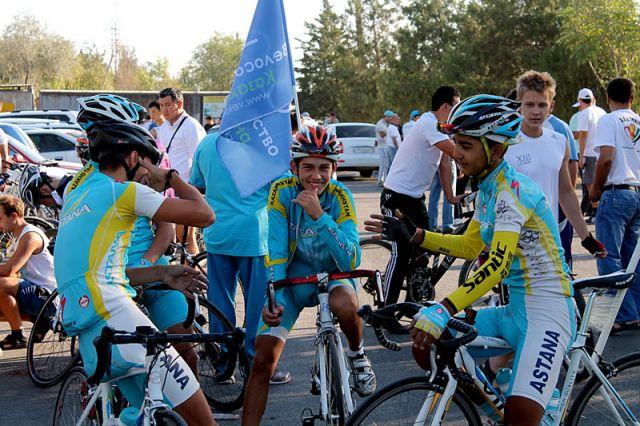 Команда велогонщиков готовится к старту