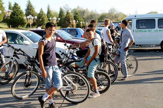 Тем временем к месту старта прибывают воспитанники спортивных школ города