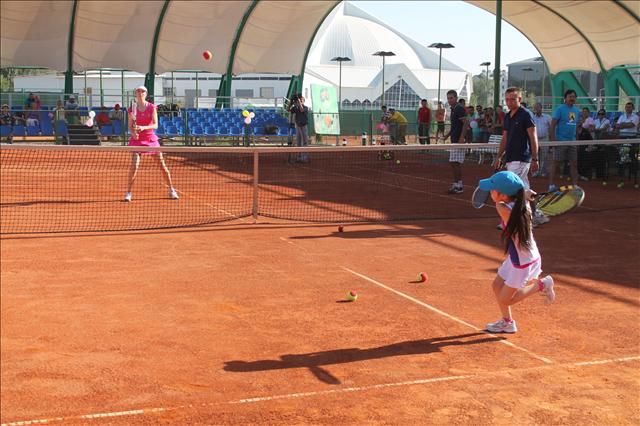 Галина пригласила детей поиграть с ней в теннис