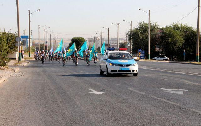 Участников спортивной акции сопровождала полицейская машина, а дорожные инспекторы тем временем перекрывали центральные улицы