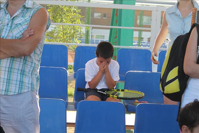 Расстроивший тем, что ему не досталась ракетка звезды, мальчик расплакался