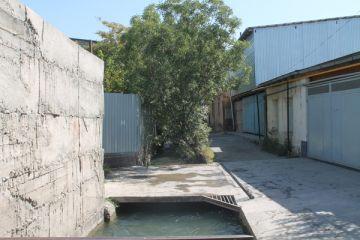 Есть водоохранные полосы, их размер составляет минимум 35 метров от уреза воды