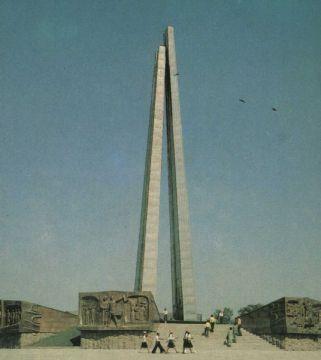 """""""Обелиск боевой и трудовой славы"""" в Чимкенте. 1982 год"""