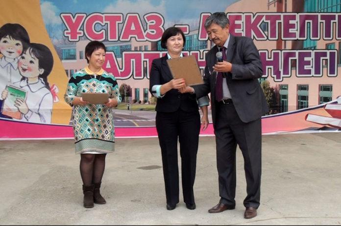 Каждый район города наградил педагогов внесших неоценимый клад в развитие образования республики