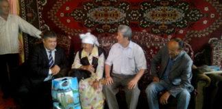 Поздравлять пожилых людей с праздником, для сотрудников Абайского акимата стало доброй традицией