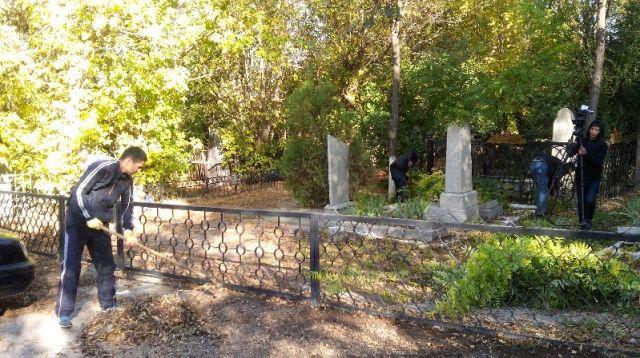 В канун Дня города привести воинские захоронения в порядок пришли чиновники Енбекшинского акимата