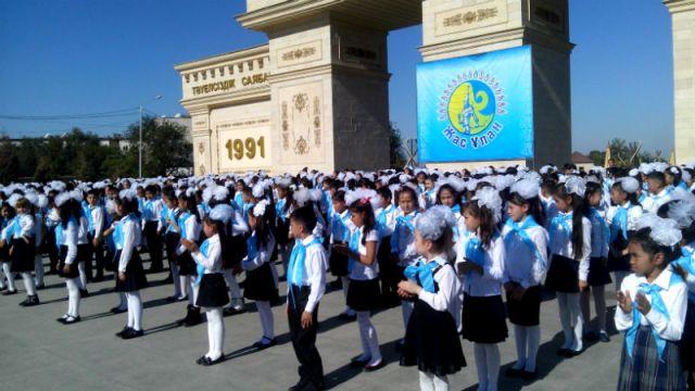 """В Шымкенте в парке Независимости прошло торжественное посвящение школьников в ряды """"Жас Улан"""""""