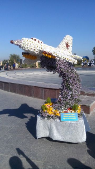 Известный шымкентский самолет, из живых цветов, создавался учащимися 66 школы почти три дня