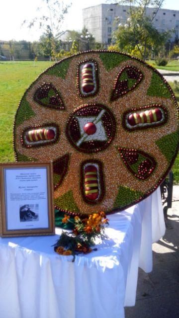 А из семян овощей и бобовых получилась скульптура национального украшения, которое, к слову, установлено на шымкентской улице