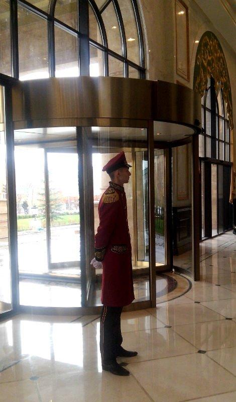 У главного входа в отель всегда стоит швейцар