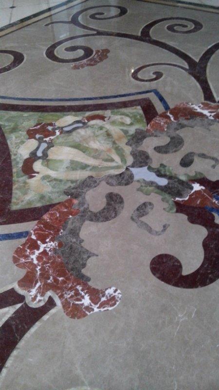 Изнутри пол и стены отеля выделаны настоящим мрамором, который привезли специально из Италии и Турции
