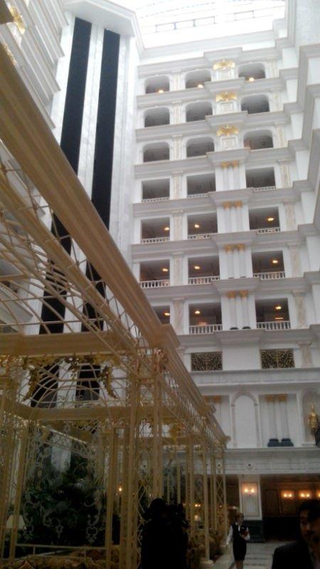 Огромное помещение холла венчает прозрачный потолок атриума