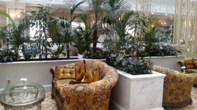 Здесь посетители отеля смогут отдохнуть от городской суеты на мягких, удобных диванах, с чашкой горячего шоколада