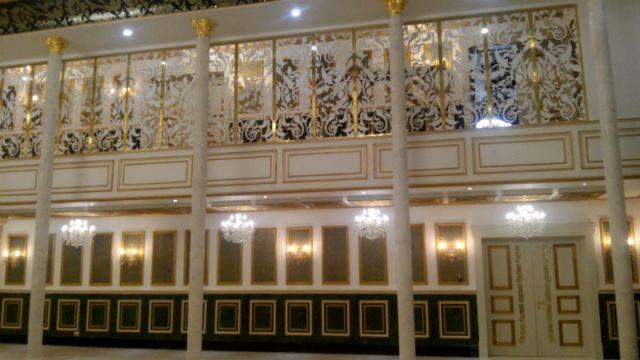 Интерьер залов выполнен в классическом стиле и оснащен самым современным аудиовизуальным оборудованием