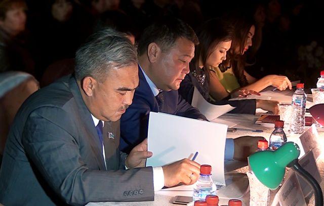 В составе жюри были чиновники, депутаты, заслуженные тренеры РК, звезды казахстанской эстрады, а также владельцы модных магазинов одежды