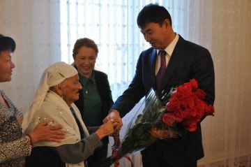 Аким Шымкента Дархан Сатыбалды поздравил Алпу Есжанову с 105-летием
