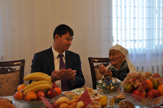 Прощаясь с высоким гостем, Алпа апа пожелала ему долголетия и благополучия
