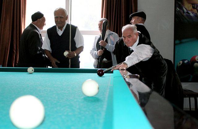 Пожилые южане соревнуются в бильярде