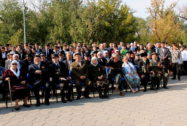 На митинг пришли участники ВОВ, школьники, чиновники и гости из аула Каракия