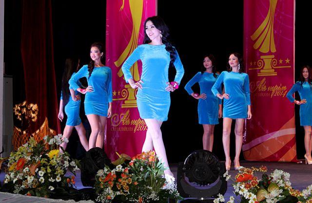 В первом выходе участницы конкурса предстали перед жюри и зрителями в одинаковых голубых платьях