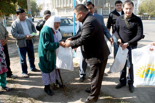 В рамках благотворительной акции представители фонда и близкие Кауысбека Турысбекова побывали в гостях у ветеранов войны и тыла и вручили им продовольственные наборы