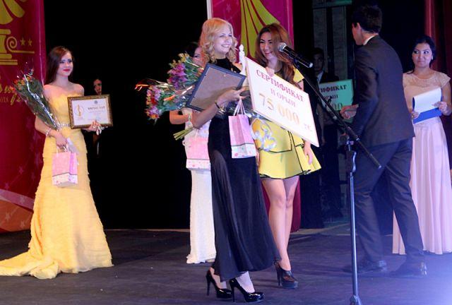 Ярославна Тихонову награждают за занятое 3 место