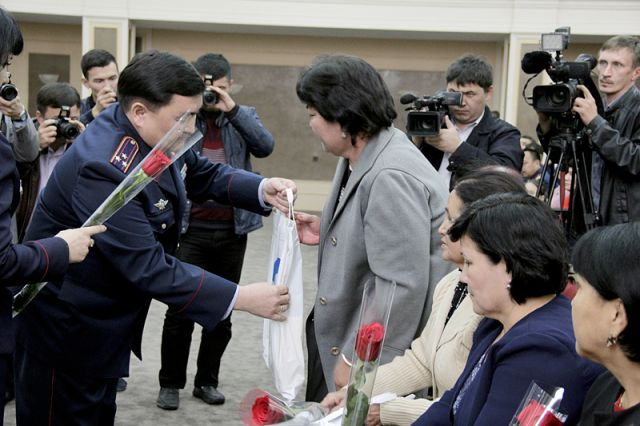 Представители МВД РК награждают семьи погибших полицейских ЮКО