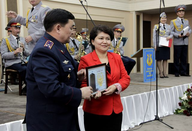 МВД РК наградило семьи погибших полицейских ЮКО