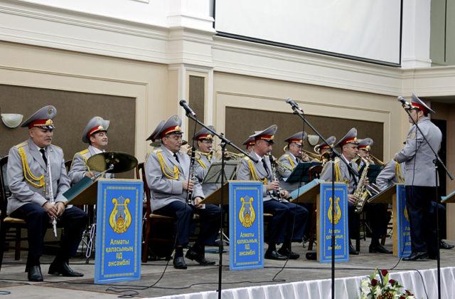 Для виновников торжества был организован небольшой концерт. Полицейский ансамбль ДВД города Алматы подарил гостям живую музыку
