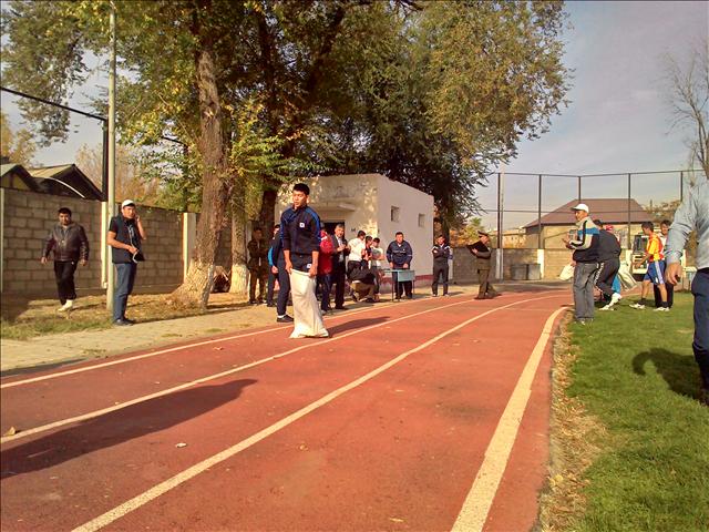 Участникам так же предстояло преодолеть 20-ти метровую дистанцию прыжком в мешке