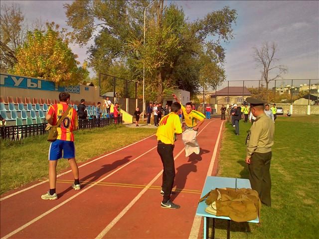 Затем эстафета передалась товарищам по команде, которые должны были одеть противогаз и пробежать с ним на короткую дистанцию