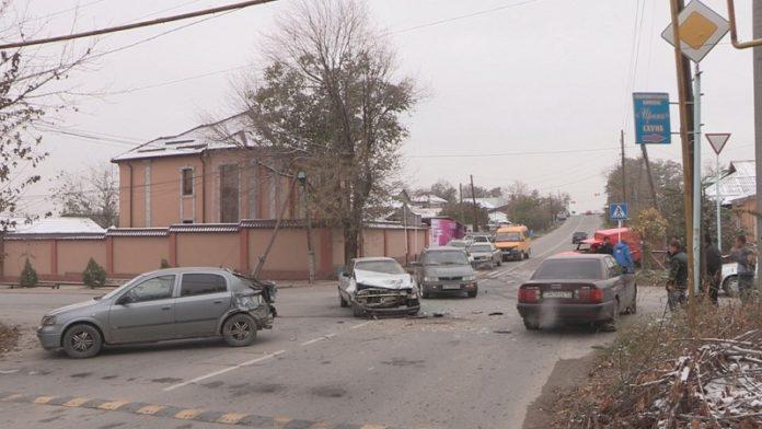 Крупная авария с участием трех машин произошла в Шымкенте