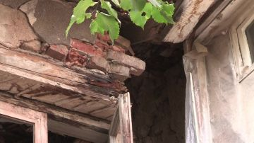 Здание малосемейного общежития, по ул. Гагарина, разваливается
