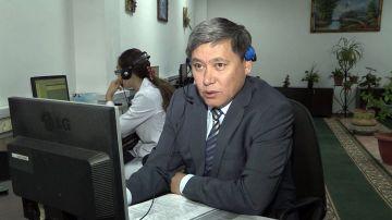 """Генеральный директор компании """"Казахтелеком"""" Нурлы Бектурсунов лично консультирует клиентов"""