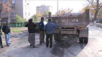 Жители Шымкента отстаивают земельный участок с кулаками