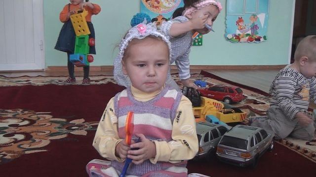 Больше всего трехлетняя Милана переживает за своего братишку