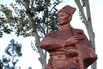 Памятник Бауыржану Момышулы
