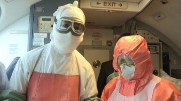 Первыми на борт судна понялись фельдшер и сотрудник санитарно-карантинного пункта